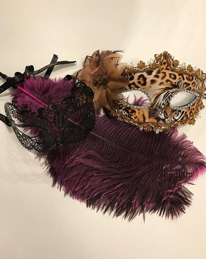 masques et plumeaux pour soirées à thème érotique